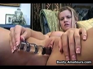 Lisa neils masturbando seu bichano com seu dedo e vibrador