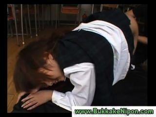 Garota de colete de seleção japonesa recebe dedo e fodido
