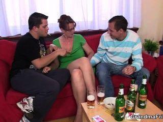 Partido bebido do threesome com pintainho velho