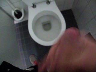 Cara idiota e cum no banheiro público