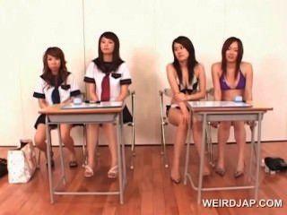 Meninas asiáticas da faculdade que aprendem dar o blowjob perfeito