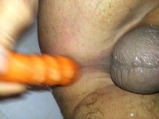 Fodendo meu traseiro sujo no chuveiro com uma cenoura!24karrot!