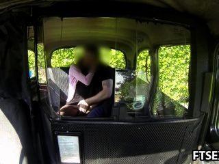 Vídeo da foda da vingança em um táxi
