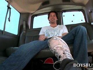 Sexo ônibus amador guy recebe seu pau gay sugado pela primeira vez