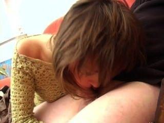 legal age adolescente dá uma grande boquete no sofá