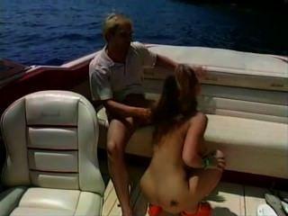 Sexo quente do borracho em um barco