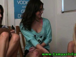 Meninas universitárias quentes e com tesão costumam ter sexo selvagem na frente da câmera