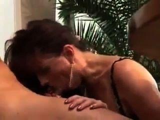 Sua vizinha vagabunda é uma verdadeira prostituta madura em calor