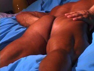 Tiras musculares quentes do indivíduo e empurrões fora