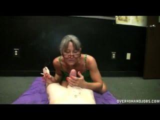 Senhora madura dá handjob enquanto fumava