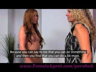 Agente feminina.Visão de beleza e seu gotejamento bichano molhado