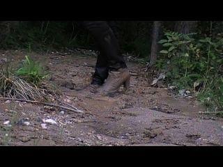 Botas de couro de salto alto e calças de cetim em lama macia