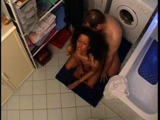 Marido e esposa obtê-lo no banheiro