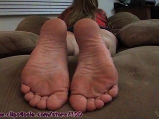 Jessies pés descalços em seu rosto