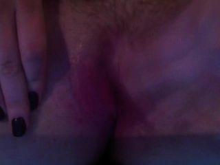 Buceta molhada esfregando e gemendo