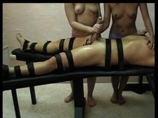 Femdom handjob por duas meninas quentes