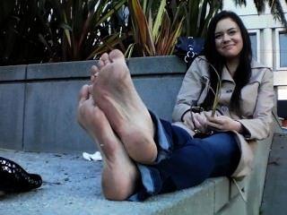 Menina quente com pés sujos fedidos e apartamentos