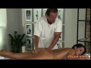 Grande burro babe fodido por massagista em mesa de massagem