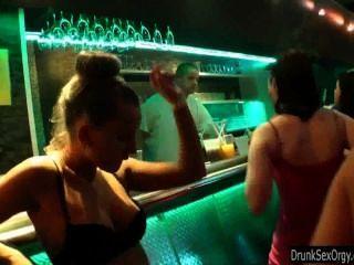Lésbicas se divertem no clube