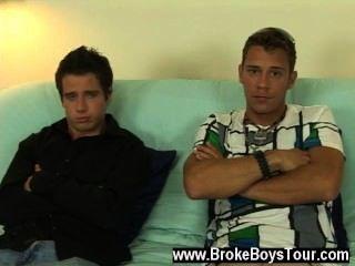 Filme gay de josh sentou-se no sofá, colocou a cabeça para trás e deixou tom