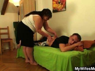 Sua esposa deixa e ele bate bunda mãe gorda