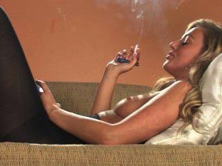 Sexy loura cadeia fumar todos os 100s branco