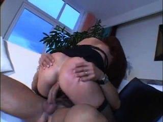Mamãe quente com grandes mamas gosta de sexo anal