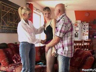 Ela tem um trio com seus pais velhos