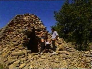 Arqueólogo tirado diretamente no local