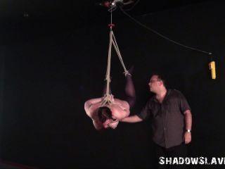Bondage de suspensão e agulha bdsm de menina de escravo gorda em corda de suspensão estrita