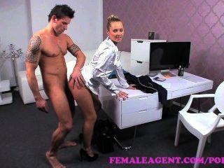 Agente feminina.Arrogante stud é colocado através de seus passos