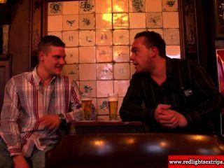 Verdadeira prostituta bbw holandês fica com tesão como ela convida turistas a foder com ela