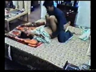 Menina indiana sexo gravado fodido por seu parceiro vazou online mms