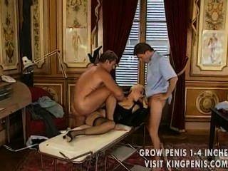 Garota loira recebe uma dose dupla de dicks recheados em seus buracos