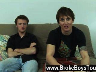 Gay xxx daniel sentou-se de volta no futon enquanto o preço se ajoelhou ao lado dele, e