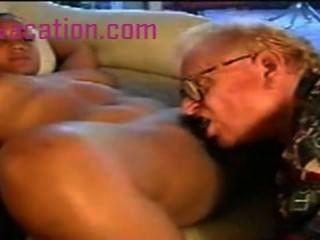 Senhora negra com grandes tetas é fodida por um homem branco velho