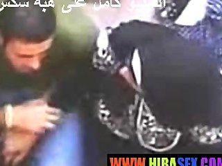 Arab girl dá handjob