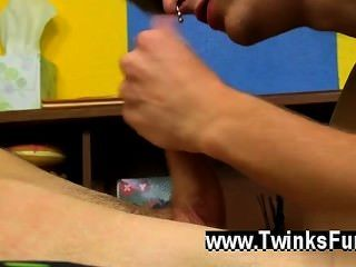 Cena quente do twink alex tem um furo apenas que soluça para fora para o longo e curvado