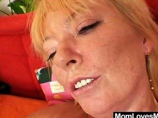 Milf woolly obtém brincado por mama de cabelos louros desarrumado