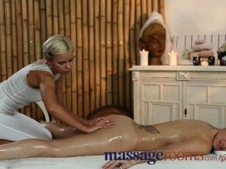 Salas de massagem adolescente recebe corpo doce oleada por massagista lésbica jovem