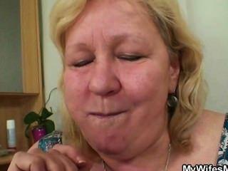 A esposa entra quando sua mãe monta meu pau