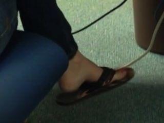 Candid flip flop adolescente shoeplay dangling pés 4