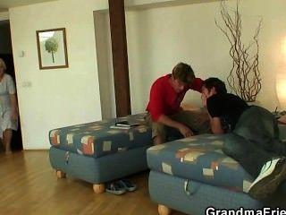 Mulher de limpeza velha toma dois galos