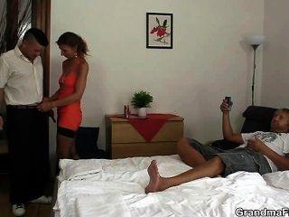 Trio quente em um quarto de hotel