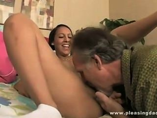 Horny guirl masturbated em meias e fodido por vovô