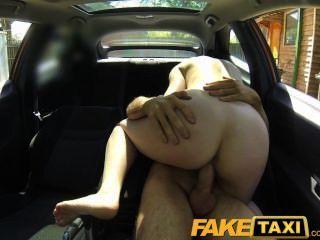 Mulher posh faketaxi paga um bom dinheiro para uma foda