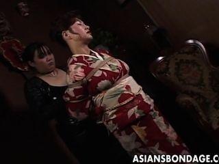 Milf japonês em quimono fica amarrado