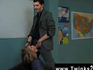Homens nus o super cute blond stud está recebendo uma lição pessoal em drama