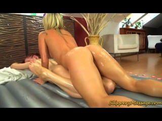 Sexo lésbica da massagem do nuru com dois pintainhos quentes