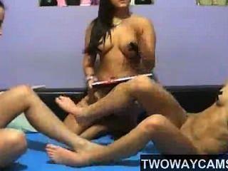 Trio lesbian camgirls double terminou dildo e blowjob